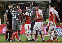 BOGOTA - COLOMBIA, 26-01-2018: Jugadores de Santa Fe y América discuten durante el encuentro de ida entre Independiente Santa Fe y América de Cali por el Torneo Fox Sports 2018 jugado en el estadio Nemesio Camacho El Campin de la ciudad de Bogotá. / Players of Santa Fe and America discuss during match between Independiente Santa Fe and America de Cali for the Fox Sports Tournament 2018 played at Nemesio Camacho El Campin Stadium in Bogota city. Photo: VizzorImage / Gabriel Aponte / Staff.
