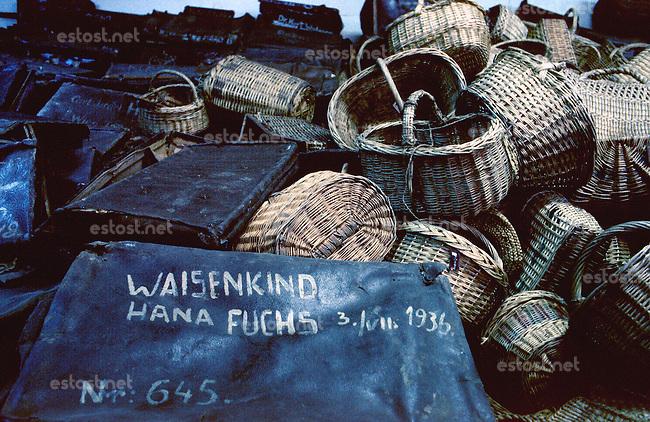 Polen, 05.1989.Osviecim (Auschwitz).KZ-Gedenkstätte:  Die Koffer und Koerbe der Ermordeten im Museumstrakt des Stammlagers Auschwitz I..Former concentration camp: The bags and baskets of the murdered, shown in the museum of Auschwitz I..© Martin Fejer