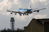 BOGOTÁ - COLOMBIA, 14-04-2020:Un avión Boeing 747 carguero de la aerolinea holandesa KLM  se aproxima aterrizar en la segunda pista del aeropuerto Internacional Eldorado con ayudas sanitarias durante el aislamiento preventivo obligatorio que mantiene el país  para prevenir la pandemia del Coronavirus ./A Boeing 747 cargo plane from the Dutch airline KLM with health aid is about to land on the second runway of Eldorado International airport during the mandatory preventive isolation that the country maintains to prevent the Coronavirus pandemic,. Photo: VizzorImage / Felipe Caicedo / Staff