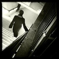 Eine Frau geht eine Treppe zum U-Bahnhof Potsdamer Platz hinunter.<br /> 30.11.2011, Berlin<br /> Copyright: Christian-Ditsch.de<br /> [Inhaltsveraendernde Manipulation des Fotos nur nach ausdruecklicher Genehmigung des Fotografen. Vereinbarungen ueber Abtretung von Persoenlichkeitsrechten/Model Release der abgebildeten Person/Personen liegen nicht vor. NO MODEL RELEASE! Nur fuer Redaktionelle Zwecke. Don't publish without copyright Christian-Ditsch.de, Veroeffentlichung nur mit Fotografennennung, sowie gegen Honorar, MwSt. und Beleg. Konto: I N G - D i B a, IBAN DE58500105175400192269, BIC INGDDEFFXXX, Kontakt: post@christian-ditsch.de<br /> Bei der Bearbeitung der Dateiinformationen darf die Urheberkennzeichnung in den EXIF- und  IPTC-Daten nicht entfernt werden, diese sind in digitalen Medien nach &sect;95c UrhG rechtlich geschuetzt. Der Urhebervermerk wird gemaess &sect;13 UrhG verlangt.]
