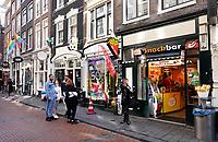 Nederland - Amsterdam-  2019. Snacks te koop opo de Warmoesstraat.   Foto Berlinda van Dam / Hollandse Hoogte