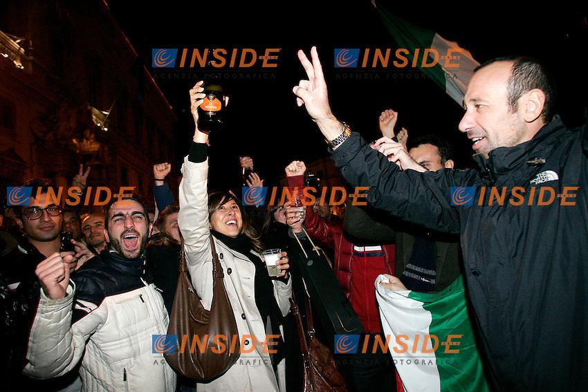 Roma 12/11/2011 Quirinale. Festeggiamenti per le dimissioni di Berlusconi...Photo Zucchi Insidefoto ..WHILE THE PREMIER SILVIO BERLUSCONI ARRIVED TO THE QUIRINALE TO RESIGN AS PRIME MINISTER, A HUGE, SPONTANEOUS CROWD, GATHERED IN THE QUIRINALE SQUARE TO CELEBRATE.