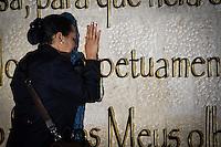 SAO PAULO, SP, 31.07.2104 - INAUGURAÇAO DO TEMPLO DE SALOMAO. Fiel faz uma oração em um muro durante a inauguração do Templo de Salomão da Igreja Universal do Reino De Deus, na noite desta quinta feira, no Bras, na zona leste da capital paulista. Varias autoridades estiveram presentes durante o culto de inauguração. (Foto: Adriana Spaca/Brazil Photo Press)