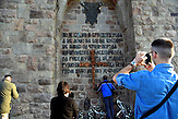 Die Teilnehmer am wichtigsten Ort für die Serben in GAZIMESTAN am Amselfeld. / Serbische Reisegruppe in serbischen Enklaven im Kosovo, mitorganisiert von Branka Krneta, einer25-jährigen Serbin. Sie fahren an historisch serbisch dominierte Orte. Die Teilnehmer stehen meist der nationalistischen Organisation Kosmet nahe und sehen Kosovo als Teil Serbiens. // the monumetn built in the late 80's in place of GAZIMESTAN, where the bigest battle of serbian and turks empire took place in 1389