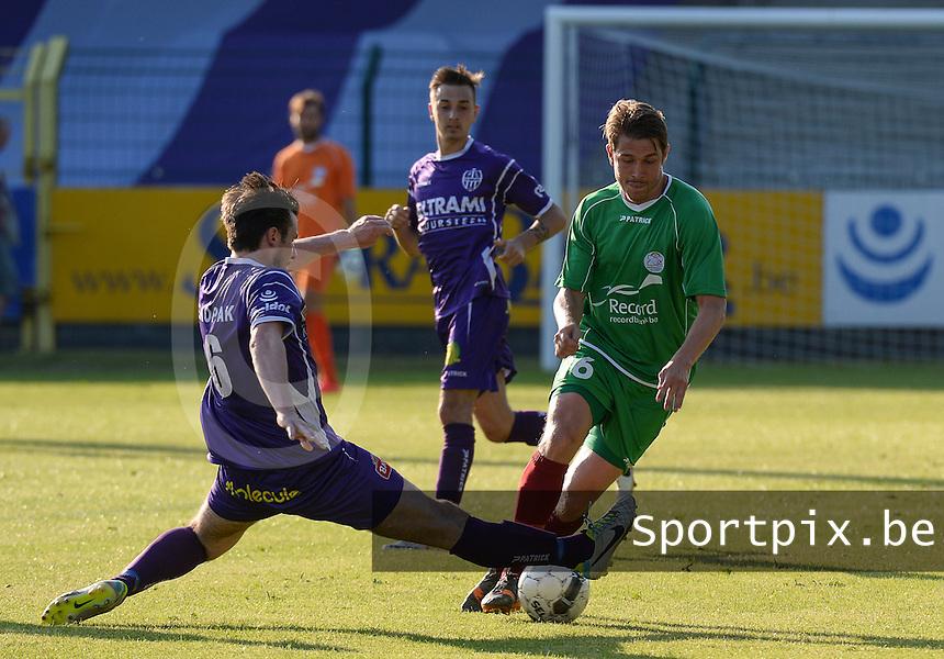 SW Harelbeke - SV Zulte-Waregem : Olafur Skulason (rechts) aan de bal voor de tacklende Jens Noppe (links) <br /> foto VDB / BART VANDENBROUCKE