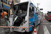 SAO PAULO, SP - 24.11.2014 - MICRO-ONIBUS COLIDE E DEIXA 18 FERIDOS - a Avenida Dona Belmira Marin, na zona sul da capital, fica parcialmente interditada até a altura do número 1046 devido a um acidente grave envolvendo um Micro-onibus. A colizão entre o veículo e um poste resutou em 18 feridos, falha no sistema da rede elétrica local e congestionamento em toda a avenida no sentido Centro.<br /> <br /> (Foto: Fabricio Bomjardim / Brazil Photo Press)