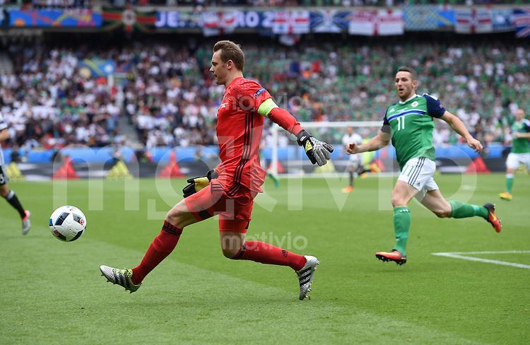 FUSSBALL EURO 2016 GRUPPE C IN PARIS Nordirland - Deutschland     21.06.2016 Torwart Manuel Neuer (li, Deutschland) rettet vor Conor Washington (re, Nordirland) irgendwo ausserhlab des Strafraums
