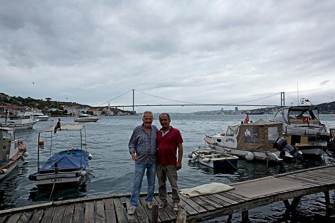 Burayhan (links) und Naci (rechts) sind Fischer / sie leben schon ihr Leben lang in Cengelk&ouml;y / hier im Hafen von Cengelk&ouml;y / &bdquo;Erdogan hat den Putschversuch inszeniert, um den Staatsapparat ungehindert von Anh&auml;ngern der G&uuml;len-Bewegung zu s&auml;ubern und seine Macht auszuweiten. Wir sind doch nicht wahnsinnig.&ldquo;<br /> <br /> Burayhan (left) and Naci (right) are fishermen who have lived in Cengelk&ouml;y all their lives long.