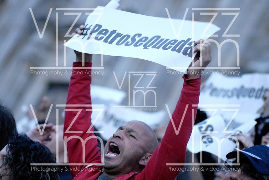 BOGOTÁ -COLOMBIA. 13-12-2013. Seguidores del destituido alcalde de Bogotá, Gustavo Petro, se reunen en la Plaza de Bolívar hoy 13 de dicienbre, frente al Palacio de Liévano para rechazar la decisión de la procuraduría General de la Nacion que deja a la capital de Colombia sin gobernante./ Supporters of removed mayor of Bogota, Gustavo Petro, gathered at Bolivar square today  December 13, in front of Lievano Palace to protest for the decision of the General Attorney of Nation thet let thecolombian capital without mayor. Photo: VizzorImage/Gabriel Aponte/ Str