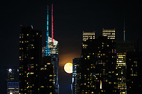 WEEHAWKEN, NJ - 12.06.2017 - LUA-NEW YORK - Lua cheia chamada Moon de morangos sobe acima da 42nd Street, em Nova York, em 12 de junho de 2017, como visto de Weehawken, Nova Jersey. (Foto: Vanessa Carvalho/Brazil Photo Press)