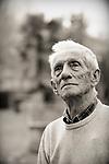 """Portraits d'Alain de Dieuleveult, historien et collectionneur de manuels de """"bonnes manières"""" à la Flèche (72).<br /> <br /> """"Les bonnes manières ne consistent pas à faire ceci ou cela, ni à faire ce que font les autres, ni même à faire le contraire de ce que font les autres. Elles consistent expressément à faire n'importe quoi - à condition, bien entendu, de le faire d'une certaine manière.""""<br /> (Jean d'Ormesson)"""