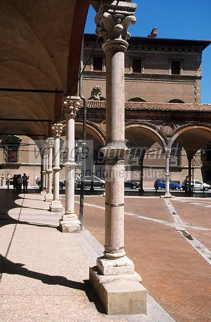 Europe/Italie/Emilie-Romagne/Bologne : Arcades de l'église des Servi et Palais Davia Bargellini (XVII°)