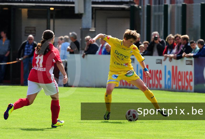 Supercup seizoen 2011 - 2012 ; Kampioen Standard Femina tegen Bekerwinnaar Waasland Beveren Sinaai Girls : Tina Vanderauwera aan de bal .foto DAVID CATRY / Vrouwenteam.be
