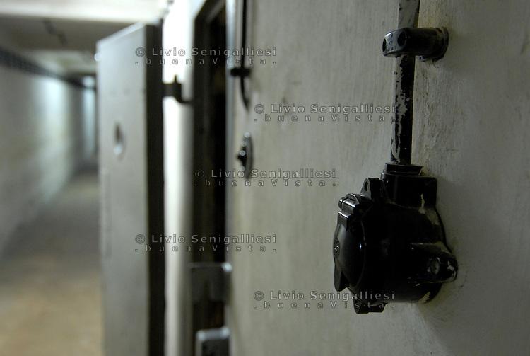 Berlin / Germany 2009<br /> Berlin-Hohenschönhausen Memorial.<br /> Veduta dei corridoi sotterranei della prigione della STASI alla periferia di Berlino Est. Per vari decenni è stato il luogo in cui venivano incarcerati i dissidenti e coloro che cercavano di fuggire dalla DDR. Dopo la caduta del Muro la prigione è stata chiusa. Ora è un Museo dove alcuni ex-detenuti accompagnano migliaia di studenti e di turisti raccontando le condizioni di vita e gli interrogatori subiti durante le lunghe detenzioni.<br /> View of the underground corridors of the prison of the Stasi on the outskirts of East Berlin. For several decades it has been the place where they were imprisoned dissidents and those who tried to escape from the GDR. After the fall of the Berlin Wall the prison was closed. It is now a museum where some former prisoners accompany thousands of students and tourists describing the living conditions and interrogation occurred during the long-term detention.<br /> Photo Livio Senigalliesi