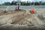 UTRECHT - Op knooppunt Oudenrijn plaatsen medewerkers van Heijmans Infrastructuur betonkoppen op de onlangs geslagen heipalen als onderdeel van een nieuw, experimenteeel wegdek, ModieSlab. Het door Heijmans Infrastructuur, Betonson en ingenieursbureau Arcadis ontwikkelde asfalt bestaat uit een prefab-betonplaat met een toplaag van 'zeer open cement beton' die op een fundering van palen wordt gelegd. Het wegvak wordt als proef aangelegd in opdracht van Rijkswaterstaat's project Wegen naar de Toekomst, en moet aantonen dat snelwegen niet alleen sneller kunnen worden aangelegd maar eveneens geluidsstilller. COPYRIGHT TON BORSBOOM