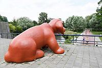 Nederland  Amsterdam 2017. Eén van de twee honden bij het Rembrandtpark van de kunstenares Marjolein Mandersloot.  Berlinda van Dam / Hollandse Hoogte