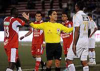 RIONEGRO -COLOMBIA-27-11-2013. Hervin Otero, arbitro, habla con Dairin Gonzalez (Izq.) del Deportivo Rionegro y Jose Moya (Izq.) de Fortaleza FC durante partido de vuelta de la final del Torneo Postobón II-2013 en el estadio Alberto Grisales de la ciudad de Rionegro./ Hervin Otero, referee, talks with Dairin Gonzalez (L) of Deportivo Rionegro and Jose Moya (R) of Fortaleza FC during the second leg match of the final of Postobon Tournament II-2013 played at Alberto Grisales stadium in Rionegro city. Photo: VizzorImage/ Cortesia