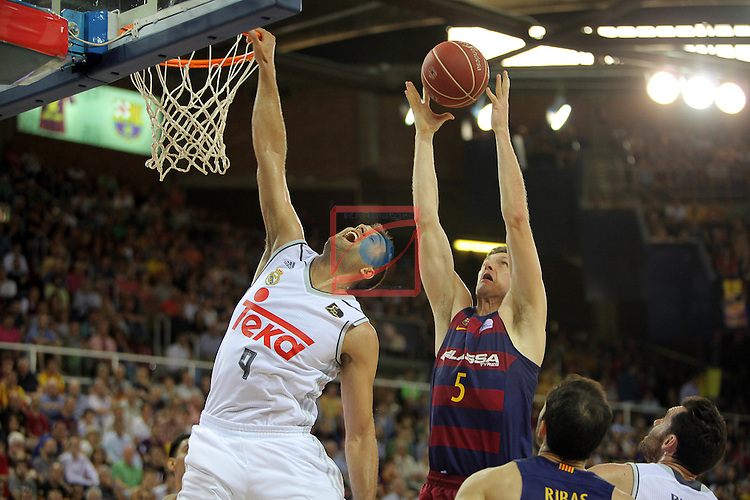 League ACB-ENDESA 2015/2016. <br /> Play-Off Final - Game 2.<br /> FC Barcelona Lassa vs Real Madrid: 70-90.<br /> Felipe Reyes vs Justin Doellman.