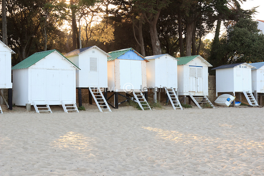 France, Vendée (85), île de Noirmoutier, Noirmoutier-en-lÎle, plage au Bois de la Chaize, alignement de cabanes de plage // France, Vendee, Island of Noirmoutier, Noirmoutier en lIle, beach at the Bois de la Chaize, alignment beach huts