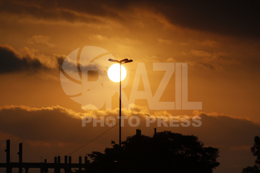ATENCAO EDITOR: FOTO EMBARGADA PARA VEICULOS INTERNACIONAIS - SÃO PAULO, 22 DE SETEMBRO, 2012 - CLIMA TEMPO SP - Por-do-sol vista para Fabrica do Samba - Fim de tarde  com queda de temperatura para 17 graus e nevoa seca, na tarde desse sabado, 22 - FOTO LOLA OLIVEIRA - BRAZIL PHOTO PRESS