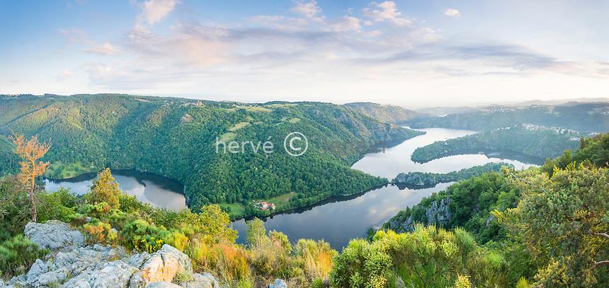 France, Loire (42), Saint-Étienne, Saint-Victor-sur-Loire, vue sur le village et le lac de Grangent, lac de retenue sur la Loire le soir