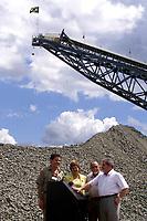 (esq. para dir)O pres da CVRD Roger Agnelli, e ministra das minas e energias Dilma Rusef, o gov do Pará Simão Jatene e o presidente Luiz Inácio Lula da Silva inauguram a industria de beneficiamento de cobre do Sossego da Cia Vale do Rio Doce . Tendo ao fundo a pilha de cobre.<br />Canaã dos Carajás, Pará Brasil.<br />02/07/2004.<br />Foto Paulo Santos/Interfoto