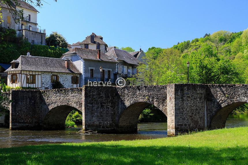France, Corrèze (19), Vigeois, vieux pont du XIIe siècle sur la Vézère