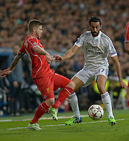 MADRID - ESPAÑA - 04-11-2014: Alvaro Arbeloa (Der.) jugador de Real Madrid de España, disputa el balon con Alberto Moreno (Izq.) jugador de Liverpool de Inglaterra durante partido del la UEFA Liga de Campeones, Real Madrid  y Liverpool en el estadio Santiago Bernabeu de la ciudad de Madrid, España. / Alvaro Arbeloa (R) player of Real Madrid of Spain vies for the ball with Alberto Moreno (L) player of Liverpool of England, during a match between Real Madrid and Liverpool for the UEFA Champions League in the Santiago Bernabeu stadium in Madrid, Spain  Photo: Asnerp / Patricio Realpe / VizzorImage.