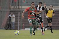 SÃO PAULO, SP, 23 DE FEVEREIRO DE 2014 - ESPORTE - FUTEBOL - CAMPEONATO PAULISTA SÉRIE A - PORTUGUESA X COMERCIAL RP -  Diego Siva (E) desputa bola com Marcone (D) durante partida contra a equipe do Comercial, válida pela 10ª rodada do campeonato Paulista, no estádio Dr. Osvaldo Teixeira Duarte (Canindé), neste domingo (23) as 18h30 na zona Norte da cidade de São Paulo. Fotos: Dorival Rosa/Brasil Photo Press).