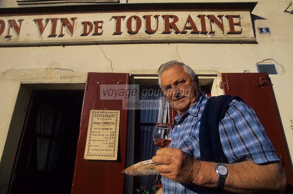 """Europe/France/Centre/37/Indre-et-Loire/Azay-le-Rideau : M. Robert Denis, viticulteurs AOC Azay-le-Rideau devant le café """"Au Bon Vin de Touraine""""<br /> PHOTO D'ARCHIVES // ARCHIVAL IMAGES<br /> FRANCE 1990"""