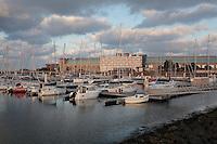 Cherbourg, port Chantereyne. A l'arrière plan, l'ancienne gare maritime et la Cité de la mer. 16 Octobre 2016.