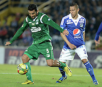 BOGOTÁ -COLOMBIA, 20-11-2013. Anderson Fernan Zapata (Der.) jugador de Millonarios disputa el balón con Andres Perez (Izq.) jugador de Deportivo Cali durante partido por la fecha 2 de los cuadrangulares finales de la Liga Postobón  II 2013 jugado en el estadio Nemesio Camacho el Campín de la ciudad de Bogotá./ Anderson Fernan Zapata (R) player of Millonarios fights for the ball with Andres Perez (L) player of Deportivo Cali during match for the 2nd date of final quadrangulars of the Postobon  League II 2013 played at Nemesio Camacho El Campin stadium in Bogotá cit. Photo: VizzorImage/Gabriel Aponte/STR