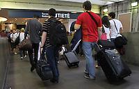 SAO PAULO, SP, 08 FEVEREIRO 2013 - MOVIMENTACAO RODOVIARIA TIETE - Movimentação intensa na rodoviaria do Tiete nessa vespera de feriado muita gente viajando para aproveitar o feriado prolongado do carnaval nessa sexta 08. (FOTO: LEVY RIBEIRO / BRAZIL PHOTO PRESS)