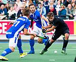 UTRECHT - Dick Mohlmann (HGC) met Martijn Havenga (Kampong) tijdens de hoofdklasse  hockeywedstrijd heren, Kampong-HGC (3-3) . COPYRIGHT KOEN SUYK