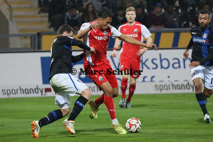 Aziz Bouhaddouz (SVS) setzt sich gegen Hanno Balitsch (FSV) durch und trifft gegen seinen langjährigen Ex-Verein zum 0:1 - FSV Frankfurt vs. 1. FC Kaiserslautern, Frankfurter Volksbank Stadion