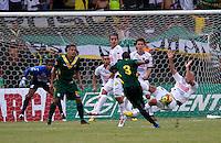 ARMENIA-COLOMBIA, 26-12-2012. Jaine Barreira del Quindio, patea el balón, durante el partido contra Once Caldas en la fecha 17 de la Liga Postobón, en el estadio Centenario de la ciudad de Armenia, el 26 de mayo de 2013(Photo: VizzorImage/Yonboni/Str).ARMENIA - COLOMBIA - May 26, 2013: Jaine Barreira of Quindio, kicks the ball during the match against Once Caldas in the league on 17 Postobón, at the Centenario stadium in the city of Armenia, May 26, 2013. (Photo: VizzorImage/Yonboni/STR)