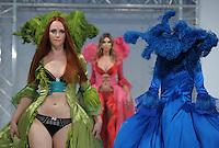 Dessous Paradies 2011    im Bild: Paradiesischer Anblick: Die Models flanieren mit den weiten Corsageroben auf dem Laufsteg, die im Finale der Serie Germanys Next Topmodel 2008 getragen wurden. Foto: Alexander Bley