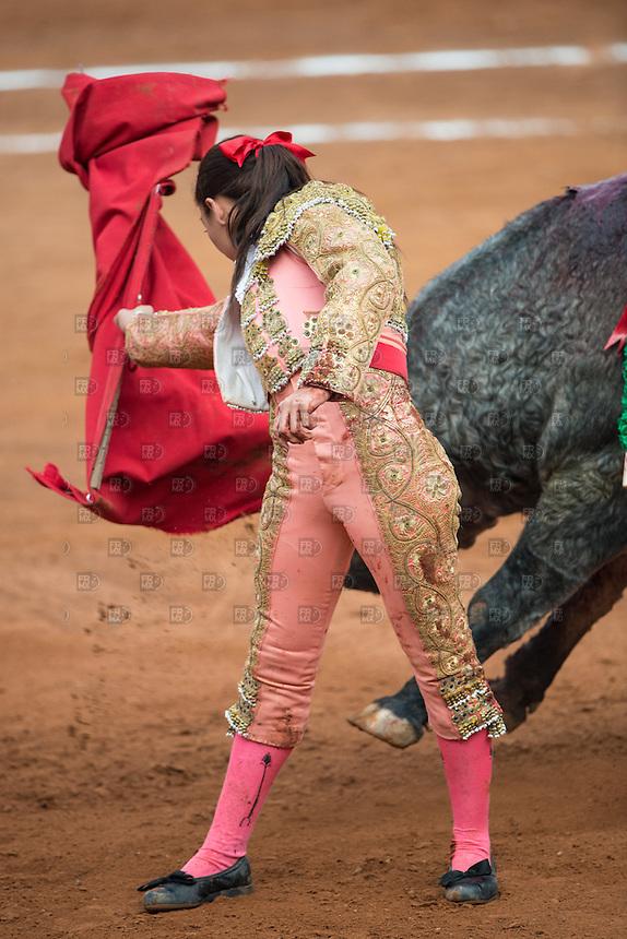 CIUDAD DE MEXICO, D.F. 28 Diciembre.- La torera  Karla  de los Ángeles durante la decima corrida en la Plaza México de la Ciudad de México, 28 de diciembre de 2014.  FOTO: ALEJANDRO MELENDEZ