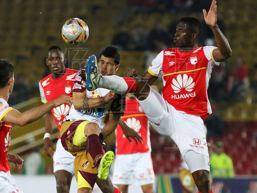 BOGOTA - COLOMBIA - 31-03-2015: Yair Arrechea (Der)  jugador de Independiente Santa Fe disputan el balón con Robin Ramirez (Izq) jugador de Deportes Tolima, durante partido adelantado por la fecha 14 entre Independiente Santa Fe y Deportes Tolima de la Liga Aguila I-2015, en el estadio Nemesio Camacho El Campin de la ciudad de Bogota. / Yair Arreche (R) player of Independiente Santa Fe struggles for the ball with Robin Ramirez ,(L) player of Deportes Tolima, during an advance match of the 14 date between Independiente Santa Fe and Deportivo Independiente Medellin for the Liga Aguila I -2015 at the Nemesio Camacho El Campin Stadium in Bogota city, Photo: VizzorImage / Felipe Caicedo / Staff.