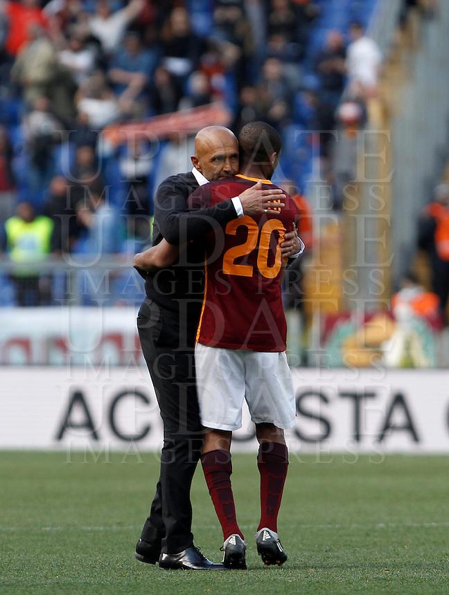 Calcio, Serie A: Roma vs Napoli. Roma, stadio Olimpico, 25 aprile 2016.<br /> Roma's coach Luciano Spalletti, left, greets his player Seydou Keita at the end of the Italian Serie A football match between Roma and Napoli at Rome's Olympic stadium, 25 April 2016. Roma won 1-0.<br /> UPDATE IMAGES PRESS/Isabella Bonotto