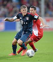 Fussball  1. Bundesliga  Saison 2013/2014  4. Spieltag SC Freiburg - FC Bayern Muenchen        27.08.2013 Bastian Schweinsteiger (vorn, FC Bayern Muenchen) gegen Nicolas Hoefler  (SC Freiburg)
