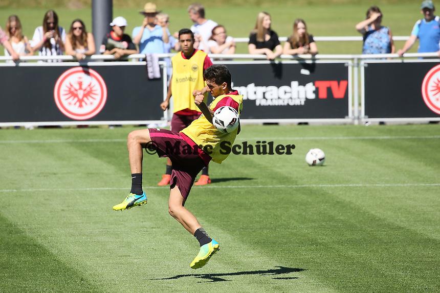 Furkan Zorba (Eintracht Frankfurt) fliegt an der Flanke vorbei - Eintracht Frankfurt Training, Commerzbank Arena