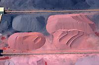 4415/Hansport:EUROPA, DEUTSCHLAND, HAMBURG 28.05.2005:Hafen, Logistik, Lagerung,  Schüttgut, Eisenerz, Kohle, Verladen, Loeschen, Laden, Am Sandauhafen, Salzgitter AG, Hamburger Hafen und Lagerhaus AG, HHLA,  Luftaufnahme, Luftbild,  Luftansicht