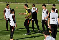 BOGOTA - COLOMBIA – 27 - 02 - 2018: Fabio Carille (Cent.), tecnico de Corinthians (BRA), da instrucciones a los jugadores durante entreno previo al partido entre Millonarios (COL) y Corinthians (BRA), de la fase de grupos, grupo 7, fecha 1 de la Copa Conmebol Libertadores 2018, en el estadio El Campincito, de la ciudad de Bogota. / Fabio Carille (C), coach of Corinthians (BRA), gives instructions to the players during a traning sesión before a match between Millonarios (COL) and Corinthians (BRA), of the group stage, group 7, 1st date for the Conmebol Copa Libertadores 2018 in the El Campincito Stadium in Bogota city. VizzorImage / Luis Ramirez / Staff.