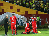 BUCARAMANGA - COLOMBIA, 08-09-2018: Alejandro Bernal jugador de America de Cali celebra con sus compañeros después de anotar el primer gol de su equipo a Atlético Bucaramanga durante partido por la fecha 9 de la Liga Águila II 2018 jugado en el estadio Alfonso López de la ciudad de Bucaramanga. / Alejandro Bernal player of America de Cali celebrates with his teammates after scoring the first goal of his team to Atletico Bucaramanga during match for the date 9 of the Aguila League II 2018 played at Alfonso Lopez stadium in Bucaramanga city. Photo: VizzorImage / Oscar Martínez / Cont