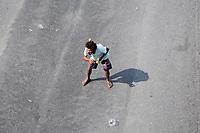 25/05/2020 - HOMEM PEDE DINHEIRO FAZENDO MALABARISMO EM SEMAFORO NO RIO DE JANEIRO