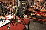 Foto: VidiPhoto<br /> <br /> ELSPEET &ndash; De Engelse wapenspecialist Patrick Hawkes van veilinghuis Bonhams in Londen bestudeert donderdag een van de vele oude en kostbare jachtwapens die bij Geweermakerij Elspeet worden aangeboden. Verzamelaars konden zich vrijblijvend laten adviseren over de mogelijke veilingresultaten. Daarbij geldt niet alleen hoe ouder hoe kostbaarder, maar vooral ook hoeveel exemplaren er van een type wapen nog te vinden zijn en of de vorige eigenaar een historische bekendheid is. Alleen gebruiksklare en goed onderhouden wapens &ldquo;met een verhaal&rdquo; stijgen in waarde. Volgens eigenaar Evert van Rhee van de Elspeetse geweermakerij neemt het aantal verzamelaars in ons land door de strenge regelgeving af. In Engeland en de VS is de situatie anders. Daar is veel belangstelling voor historische wapens. Vuurwapens die in Nederland bij een opruiming of verhuizing worden gevonden zijn in principe illegaal en moeten vernietigd worden.