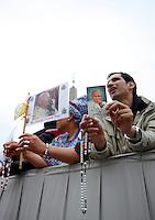 Fedeli in attesa per la cerimonia di canonizzazione di Papa Giovanni XXIII e Papa Giovanni Paolo II in Piazza San Pietro, Citta' del Vaticano, 27 aprile 2014.<br /> Faithful wait for the start of the ceremony for the canonization of Pope John XXIII and Pope John Paul II in St. Peter's square at the Vatican, 27 April 2014.<br /> UPDATE IMAGES PRESS/Isabella Bonotto<br /> <br /> STRICTLY ONLY FOR EDITORIAL USE