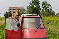 Italie, Vénétie, Lagune de  Venise: Île de San Erasmo: Michel Thoulouze devant son vignoble: Orto di Venezia // Italy, Veneto, Venetian Lagoon