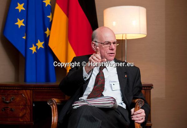 Bruessel - Belgien, 20. Januar 2014; <br /> MdB Prof. Dr. Norbert LAMMERT, Praesident des Deutschen Bundestages, nimmt im Rahmen einer Bundestagsdelegation teil an der Interparlamentarischen Konferenz zur wirtschaftlichen Steuerung der EU (siehe Artikel 13 des EU-Fiskalvertrags); hier im Anschluss bei einem Pressegespraech in einem Protokollraum des Europaeischen Parlaments; <br /> Photo: © Horst Wagner / DBT; <br /> Tel.: +49 179 5903216; <br /> horst.wagner@skynet.be